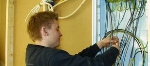 Elektriker som kobler ledninger, foto